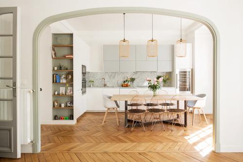Espacio elegante con materiales nobles como maderas naturales y mármol